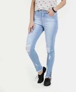 //www.marisa.com.br/cal%E7a%2Dfeminina%2Djeans%2Dskinny%2Ddestroyed%2Drazon-jeans%20claro/p/10034045749